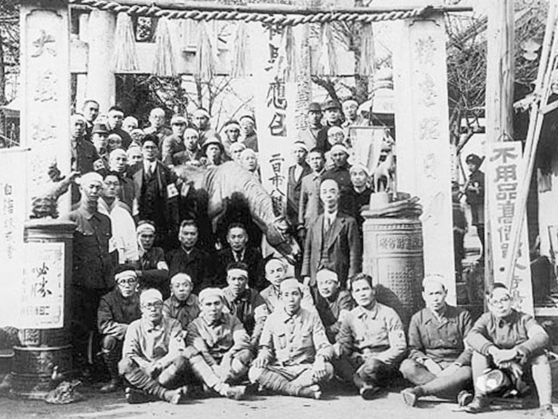 昭和19年頃/二日市八幡宮/武器資材が不足してきた戦争末期、神馬なども次々に供出されました。神馬の下、中央が11代目大賀嘉敏。