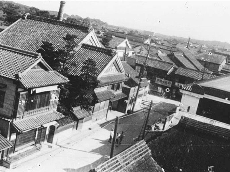 大正末期/二日市中央通り/二日市中央通りの大賀酒造。中央から左の煙突のある建物。